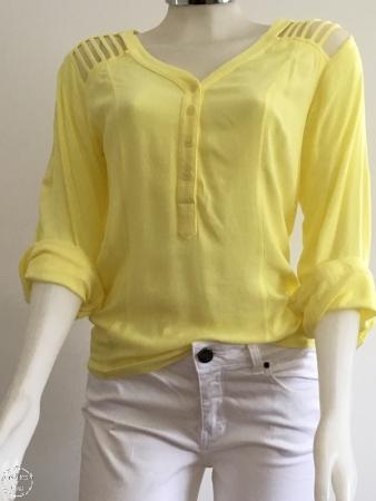 branco e amarelo roupa